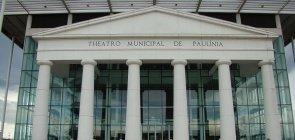 Fachada do Teatro Municipal de Paulínia, que mistura arquitetura neoclássica com paredes de vidro.