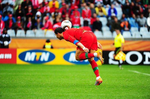 Assistir a várias partidas de futebol ajuda o fotógrafo a prever deslocamentos e se posicionar melhor em campo. Assim, é possível captar lances como este de Cristiano Ronaldo, da seleção de Portugal, na Copa de 2010. Foto: Alexandre Battibugli
