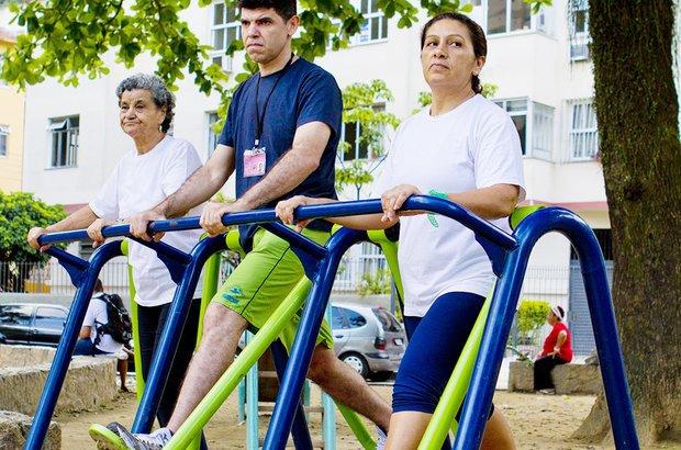 No simulador de caminhadas da academia ao ar livre, os alunos mexeram as pernas para a frente e para trás. A prática desenvolve a coordenação motora e a mobilidade dos membros inferiores. Fernando Frazão