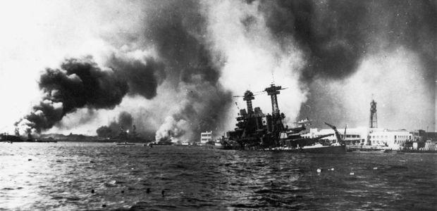 Navio americano afunda em Pearl Harbor. Foto: Wikimedia Commons