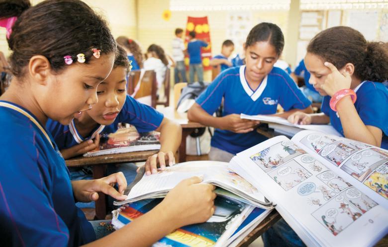 Alunos da Escola Agamenon Magalhães, do Recife, entre os livros da Caixa de Literatura: iniciativa bem-sucedida do Instituto Ayrton Senna. Foto: Eduardo Queiroga