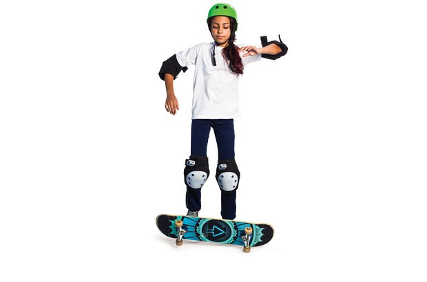 Com as rodas do skate para cima, ela pisa no shape e pula, virando-o para cair sobre ele. Patrícia Stavis