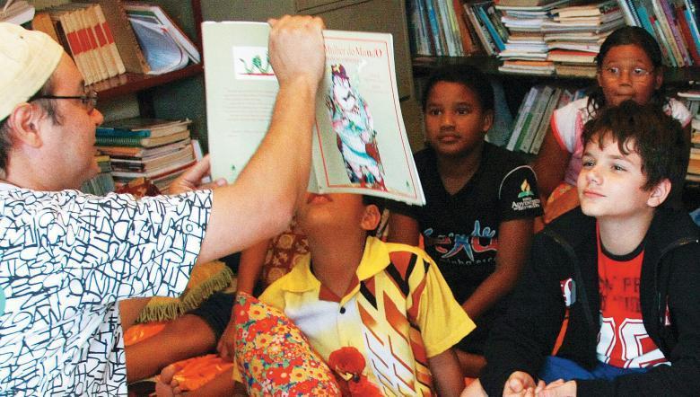 Leitura para as crianças do projeto Roedores de Livros, em Ceilândia, DF: elas dão gritinhos de susto, querem sentir as páginas e fazer parte da história. Foto: Andressa Reze