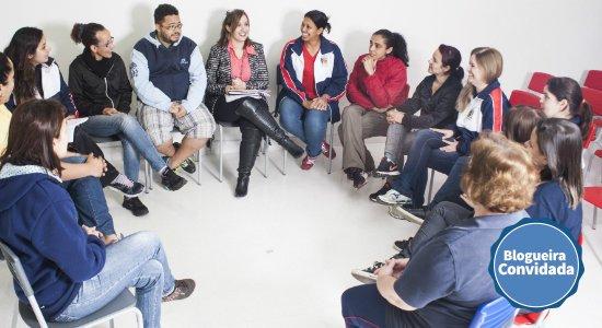 Equipe de professores reunidos em roda com uma coordenadora pedagógica (Foto: Ricardo Toscani)
