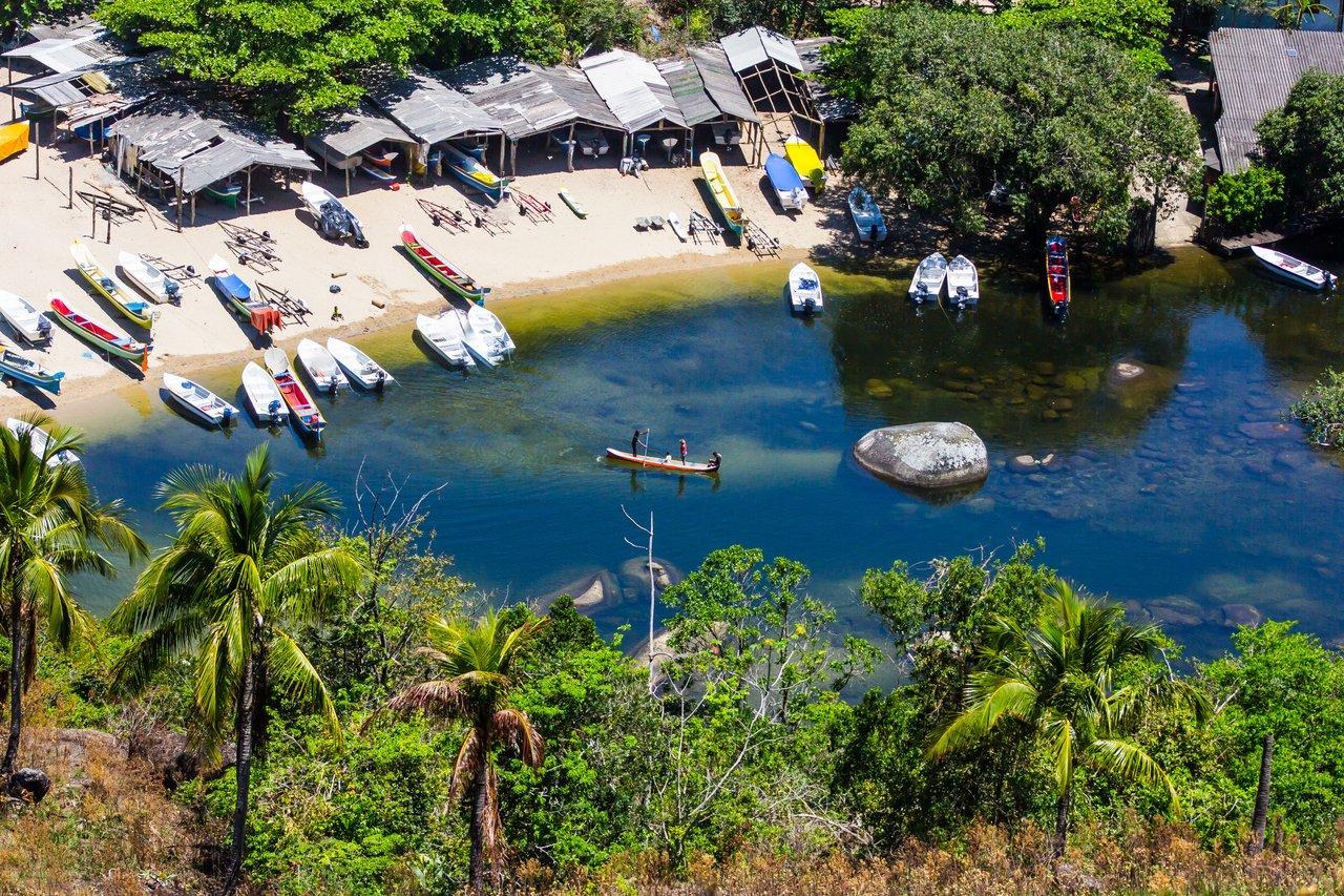 Vista aérea da praia do Bonete, em Ilhabela (SP) com barcos e barracas