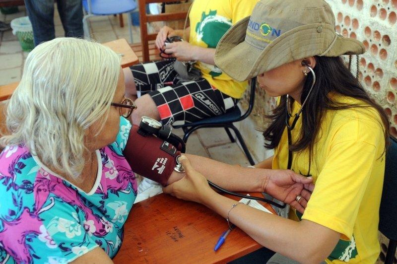 Integrante do Projeto Rondon mede a pressão arterial de uma moradora de Bonito, no Pará, em 2012
