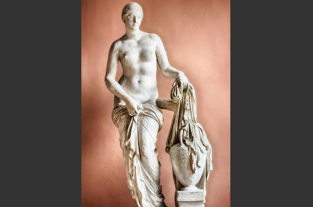 St. Petersburg, Russia - CIRCA March 2014: Sculpture of Aphrodite in the museum at the Academy of Arts. Como o conceito de beleza se transformou ao longo dos séculos? CRÉDITO: Shutterstock