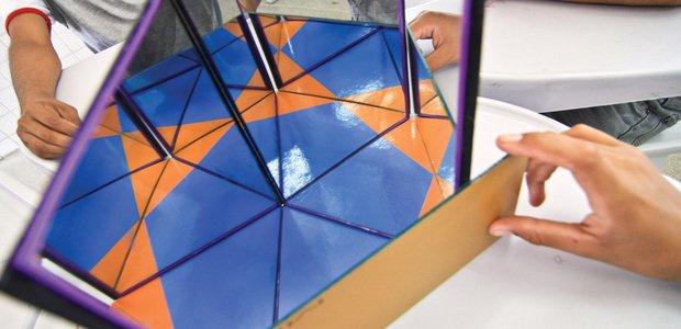 Alunos do professor de matemática Edson Thó Rodrigues usam três espelhos para aprender sobre pavimentação do plano semirregular, na EMEF Ministro José Américo de Almeida, em João Pessoa, PB. Foto: Caninde Soares