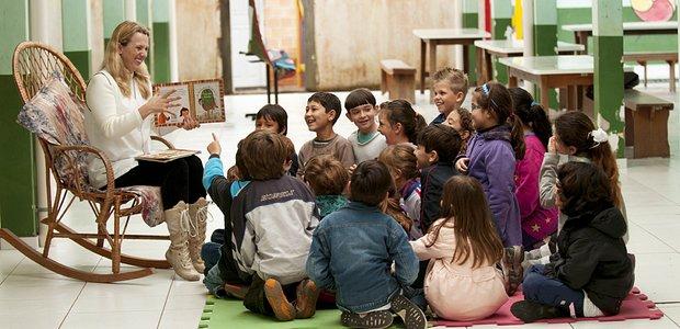 Catia Eliane Nicolachik, professora de Língua Portuguesa, com seus alunos da EM Ayrton Senna. Prêmio Victor Civita 2011 - Língua Portuguesa. Curso online leitura reescrita de contos. Crédito: Suzete Sandin