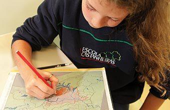 A CARA DO PAI Com o auxílio do papel vegetal, os croquis feitos na Escola Castanheiras têm semelhança com o mapa original, o que colabora para a leitura da imagem. Foto: Marcos Rosa