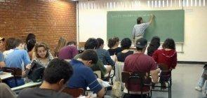 Atraso escolar é maior conforme a proporção de professores fora da área de formação