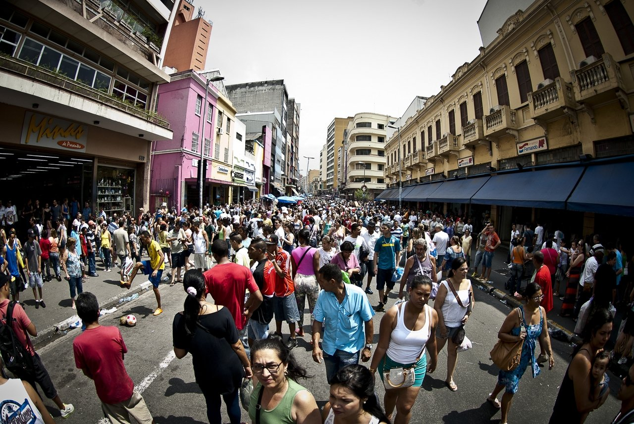 Multidão caminha pelas ruas de São Paulo