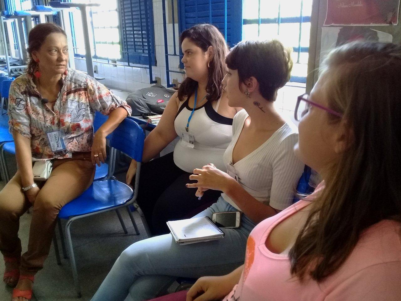 A professora Cristiana Cordeiro conversa com universitárias que fazem estágio na Escola Estadual Silva Jardim, Recife