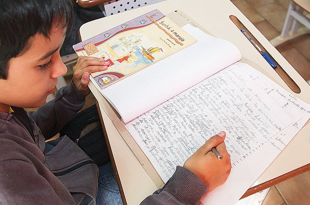 De forma individual, as crianças produziram textos, colocando em ação o que aprenderam. Foto Manuela Novais. Ilustração Anna Cunha