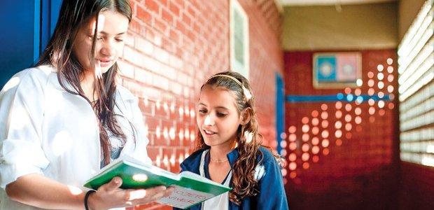 Eliane Holanda, docente da EE Walter Negrelli, conversa com a representante do 7º ano sobre a sua turma. Foto: Marina Piedade