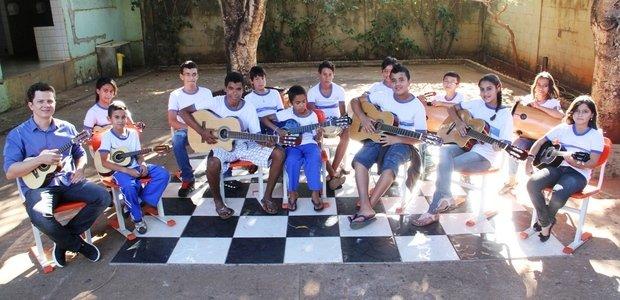 A turma do professor Alessandro de Oliveira Branco aprendeu a tocar instrumentos como violão, cavaquinho e percussão com base nas músicas de Cartola. Foto: Marco Monteiro