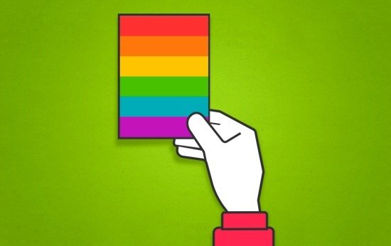 Mão dá cartão com as cores do arco íris ao invés do tradicional cartão vermelho usado no futebol