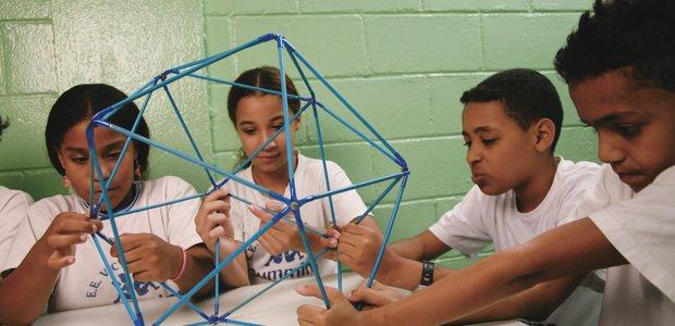 Alunos da EE Victor Civita estudando um sólido geométrico na aula de matermática, em Guarulhos, SP. Foto: Gustavo Lourençao