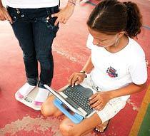 MOBILIDADE TOTAL No CIEP Rosa da Conceição Guedes, laptops são usados em todas as áreas da escola. Foto: Gilvan Barreto