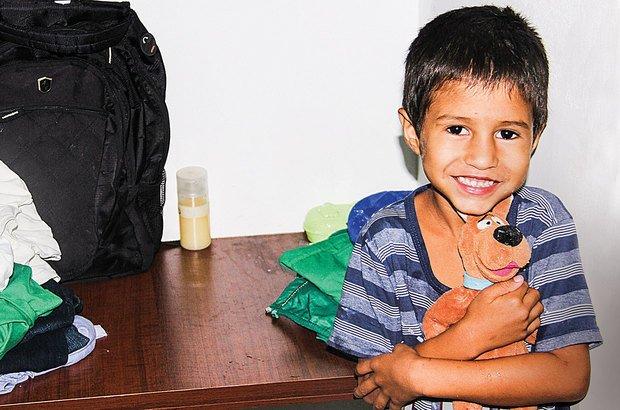Deivid, 6 anos, encontra aconchego para o sono em seu Scooby Doo de pelúcia. André Menezes