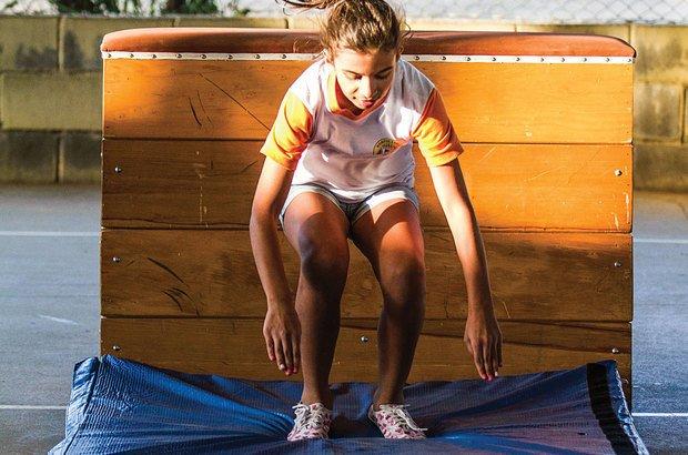 Aprendendo a aterrissar: o impacto é amortecido com a flexão dos joelhos. Joyce Cury