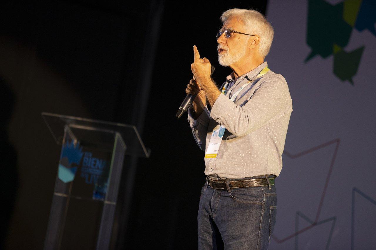O educador José Pacheco durante palestra na Bienal Internacional do Livro do Rio de Janeiro