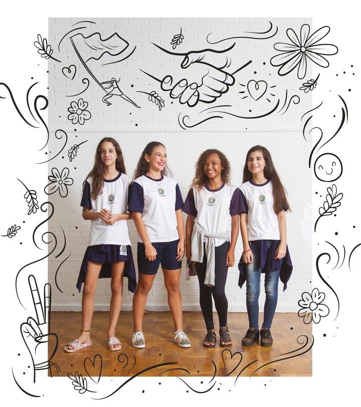 Alunas da EMEF Violeta Doria Lins posam. Elas formaram um grupo de ajuda para defender os colegas do bullying.