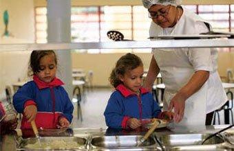 PRATO CHEIO Na CMEI Alfredo Volpi, as crianças maiores de 4 anos se servem sozinhas. Foto: Tatiana Cardeal