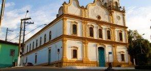 A igreja matriz de Santana do Parnaíba, na região metropolitana de São Paulo, recebe iluminação amarela por conta do pôr do sol