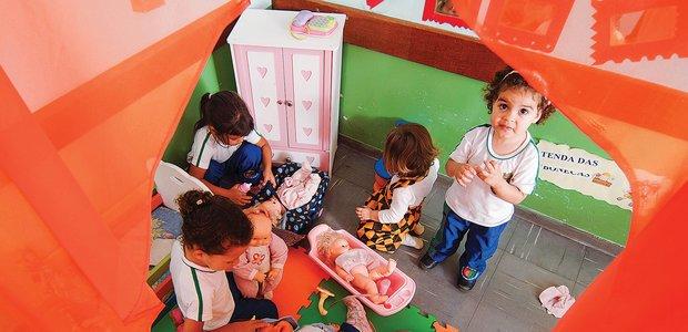 Amplie as possibilidades de jogos e de faz de conta das crianças planejando o uso dos materiais e a organização do espaço. Foto: Ricardo B. Labastier