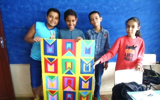 O que as crianças aprendem ao organizar a festa junina da escola?