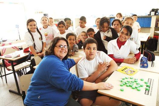 Não desista dos alunos que se recusam a interagir. Valorize as habilidades do autista para criar situações de interação e minimizar a dificuldade de convívio social. Ajude o aluno a incorporar rotinas em grupo e regras de convívio social.