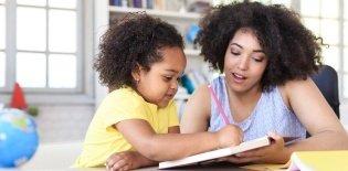 Educação infantil: professora ensina menina a escrever