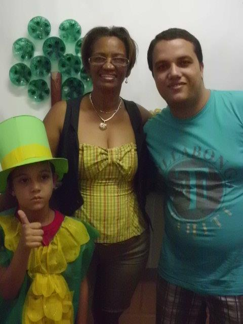 A professora Sonia Silva e Silva entre um pai e seu filho. Ela já deu aulas para ambos