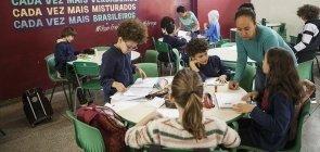 Paredes derrubadas, aulas em pequenos grupos e muita autonomia: a fórmula da EMEF Amorim Lima