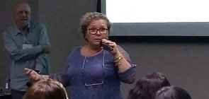 Educadora Flávia Vivaldi durante palestra