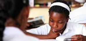 Alunas estudam na biblioteca da escola