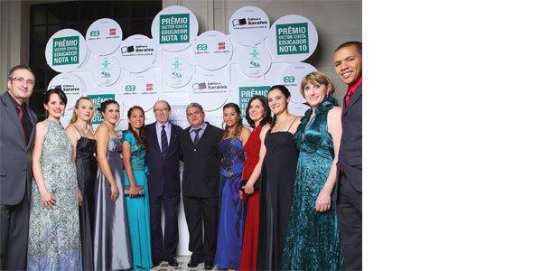 Os 11 premiados, vindos das cinco regiões do Brasil, se confraternizam com Roberto Civita (no centro, de óculos), presidente da FVC. Foto: Gustavo Lourenção