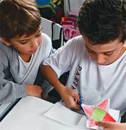 QUAL É A FIGURA? Construir alguns sólidos a partir da planificação faz com que as crianças levantem hipóteses. Foto: Rogério Albuquerque