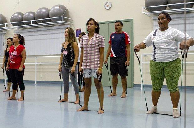 O exercício com elástico ajuda a queimar calorias e beneficia o sistema circulatório. Além disso, melhora a mobilidade e fortalece os músculos, o que aumenta a resistência contra lesões. Fernando Frazão