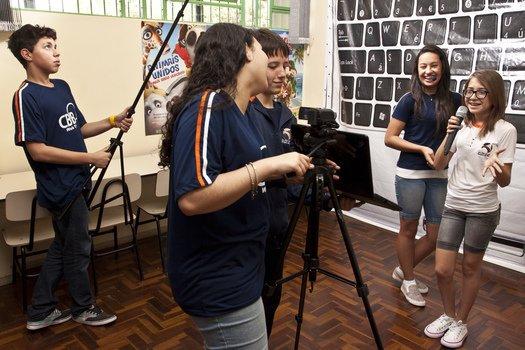 Uma sala de aula foi adaptada para abrigar os trabalhos da equipe da CBB WebTV. Nela, os alunos gravam vídeos com comentários sobre filmes, livros e videogames. Foto: Tamires Koop