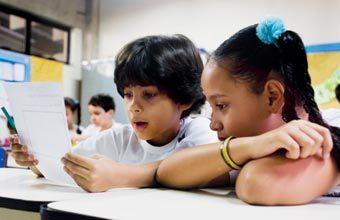INCENTIVE A REFLEXÃO É importante oferecer sempre espaço para que os estudantes possam refletir sobre o sistema de escrita enquanto escrevem. Fotos: Gilvan Barreto