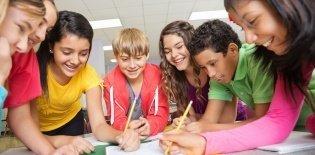 Alunos trabalham em grupo na sala de aula