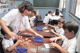 ...e a professora Tânia acompanha a montagem de um quebra-cabeças: atividades lúdicas para trabalhar a lógica e aumentar a concentração em classe