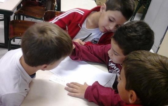 Alunos em processo de alfabetização escrevendo textos autorais