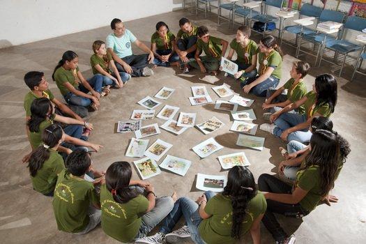 O primeiro passo do trabalho foi uma roda de conversa. Antonio dispôs imagens de jornais e revistas no chão e propôs que os estudantes aproveitassem-nas para relembrar e falar sobre fatos e professores inesquecíveis. A atividade foi a porta de entrada para a produção escrita.