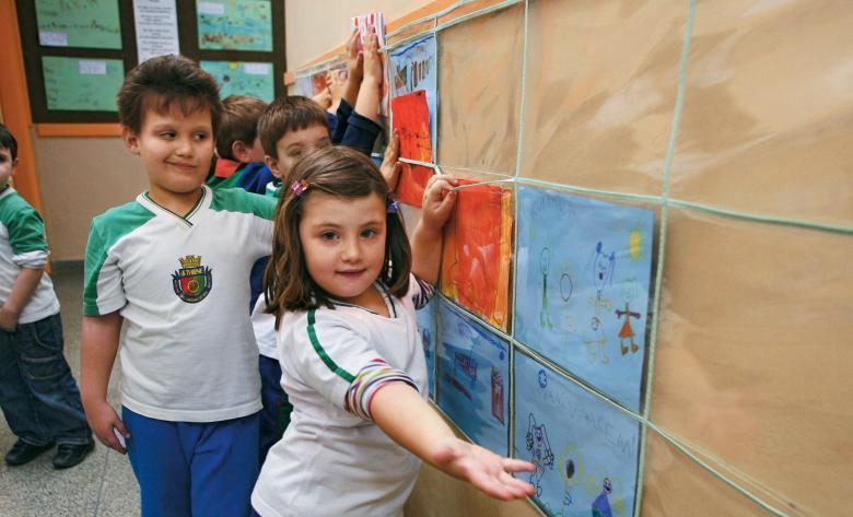 Crianças organizam a exposição de seus trabalhos em São Caetano: valorização e troca de experiências. Foto: Tatiana Cardeal