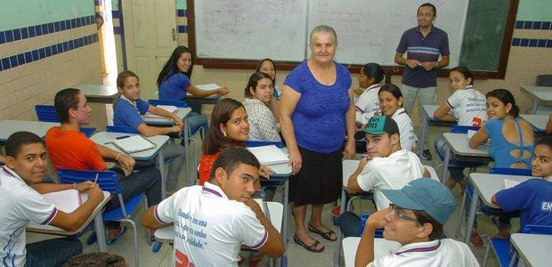 Quitéria (ao centro) conseguiu adesão de alunos e pais para reconstruir a escola. Foto: Marco Antonio Barros