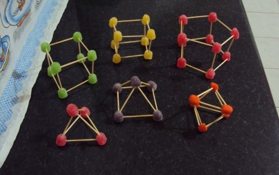 Construção de sólidos geométricos de massinha
