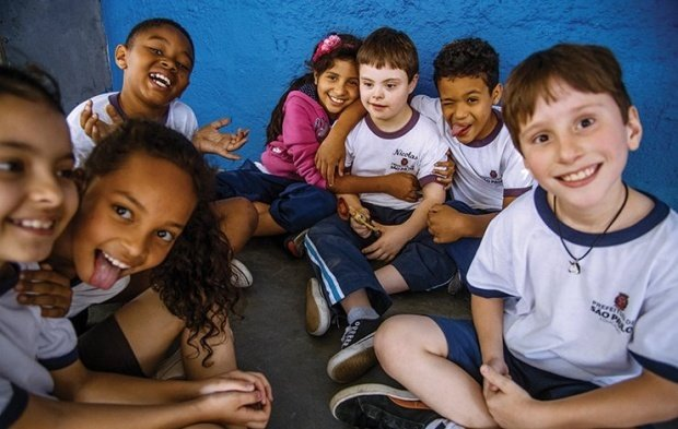 f2c4a9d7b9 Grupo de sete alunos sentados no chão, usam uniforme da prefeitura de são  paulo,
